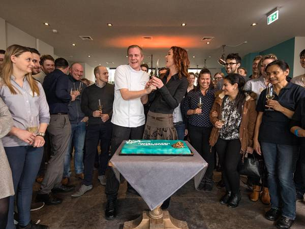 Hotel Hafen Flensburg crew around Björn Brinkmeier and Kirsten Herrmann when cutting the celebration cake.