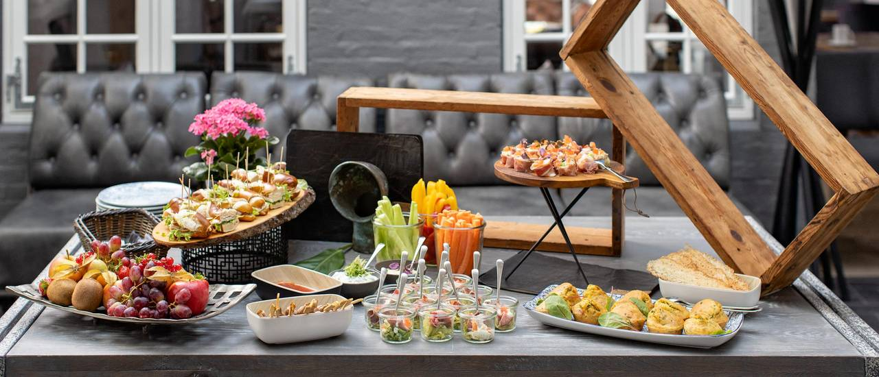 Hearty snacks, various dips, vegetable sticks and fruits are available at the breakfast buffet in the atrium of the Hotel Hafen Flensburg.