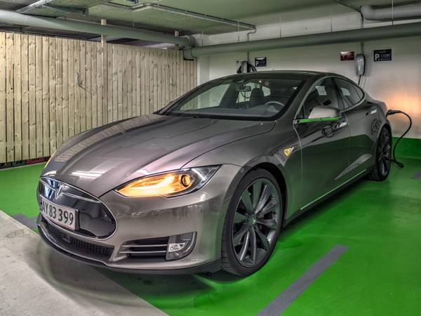 Tesla loads in the underground car park of the hotel harbor Flensburg at a Tesla Wall Connector.